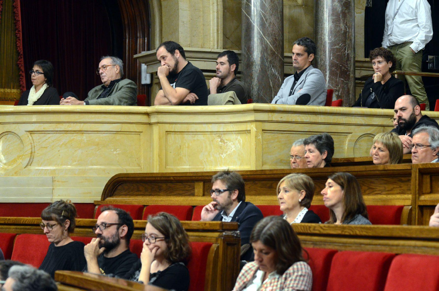 L'alcalde Carles Escolà, i els familiars cerdanyolencs de Josep Giné