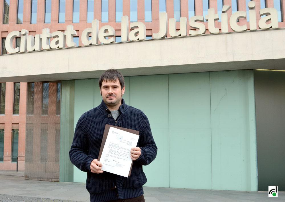 L'Alcalde Carles Escolà fotografiat a les portes de la Ciutat de la Justícia