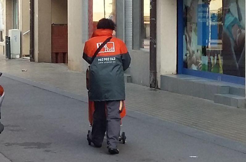 Treballadora d'Unipost als carrers de la ciutat