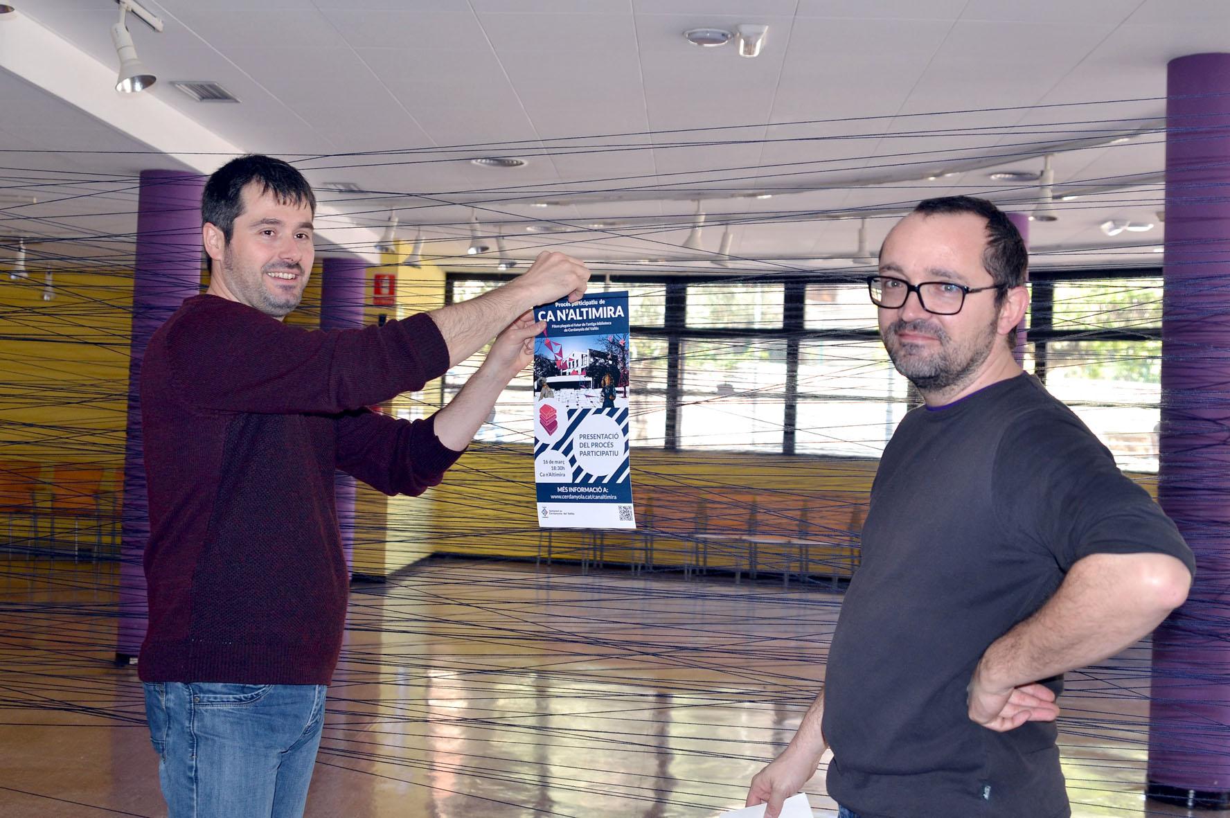 L'alcalde Carles Escolà penja una 'aportació' al procés participatiu, acompanyat del regidor Maurici Jaumandreu
