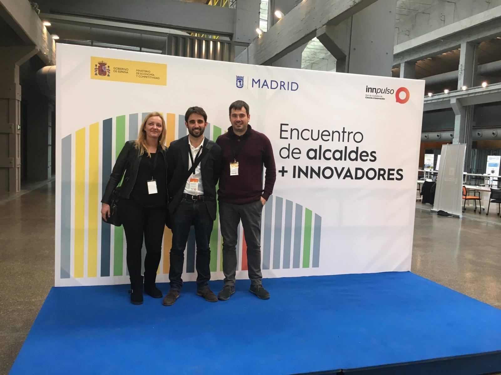 L'alcalde Carles Escolà, la regidora de Promoció Econòmica Contxi Haro i l'emprenedor Baltasar López
