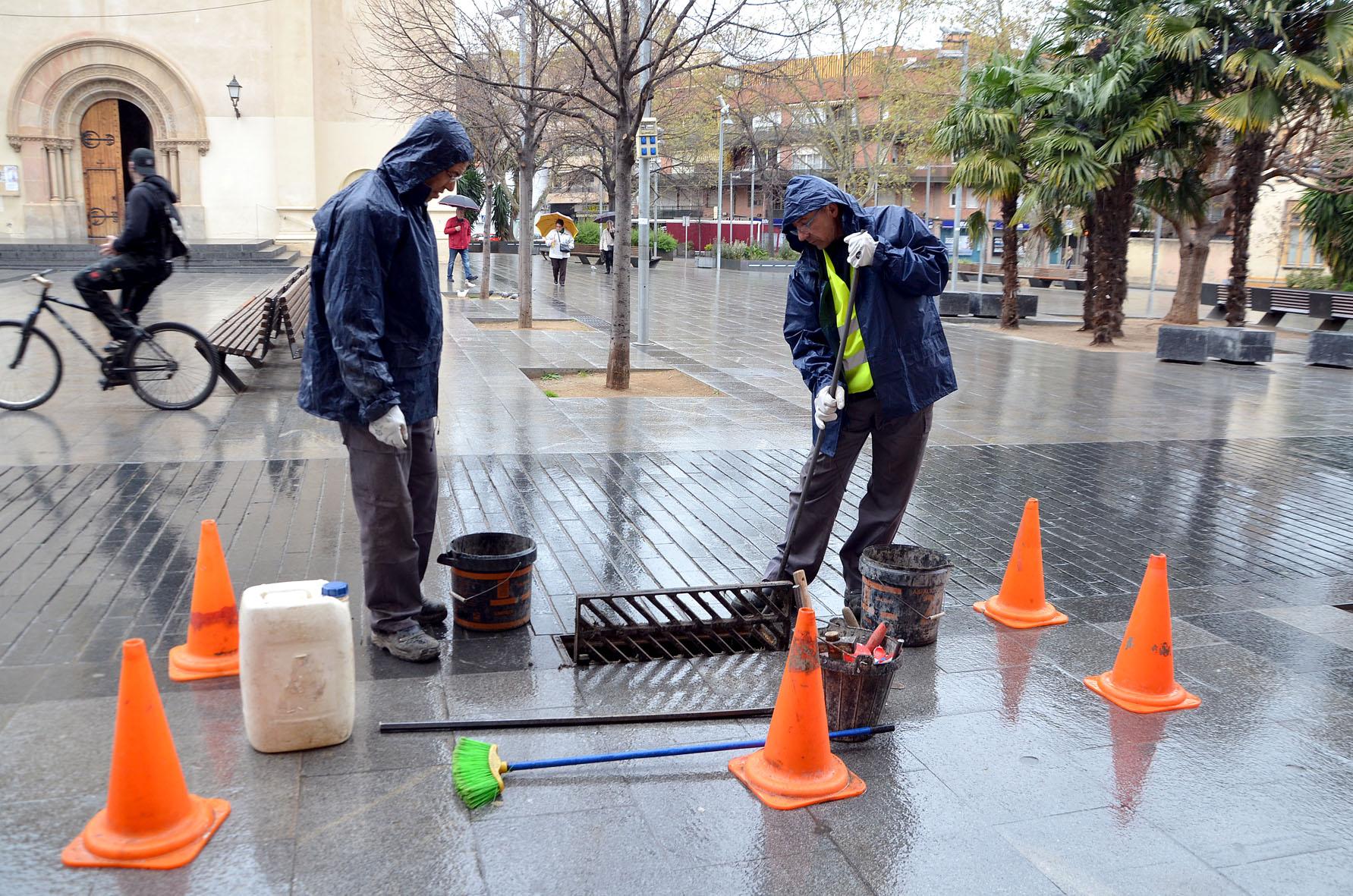 L'equip de treball netejant un embrornal