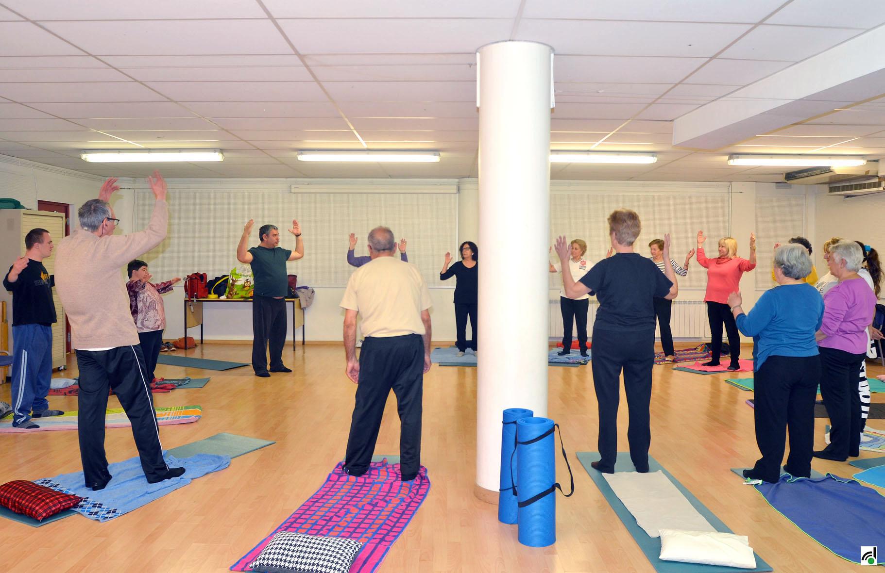 Un moment del taller de ioga inclusiu