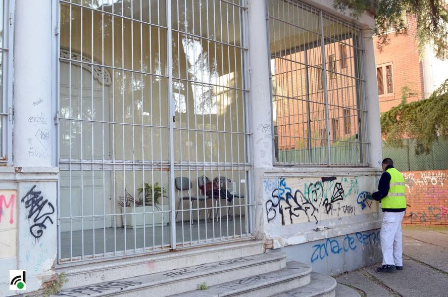 Operari treballant en la neteja de graffittis