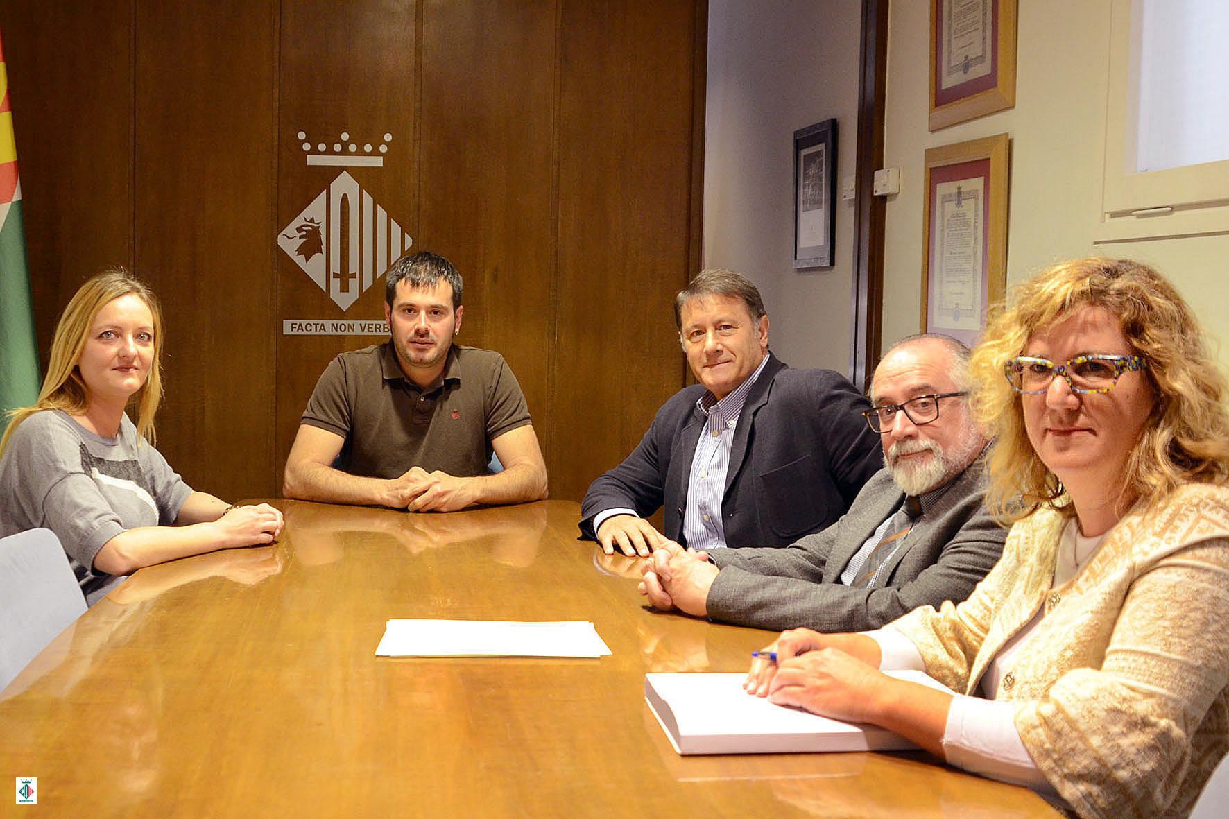 Un moment de la recepció oferta per l'alcalde al president de la Federació Catalana d'Handbol