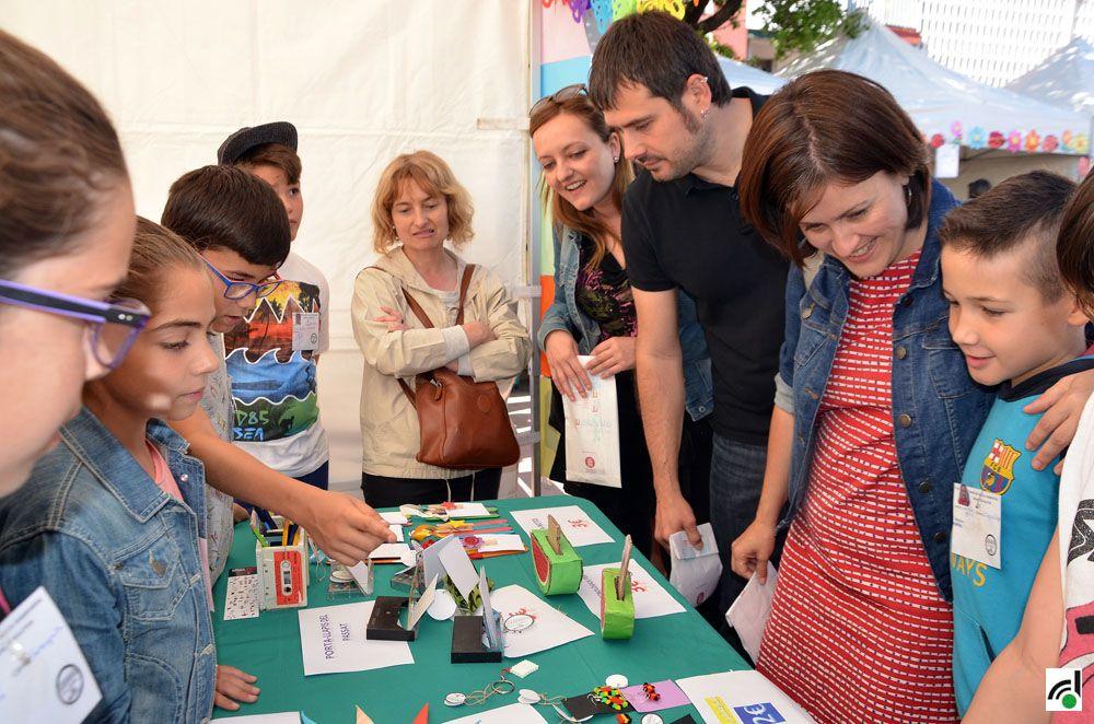 L'alcalde Carles Escolà junt amb les regidores Elvi Vila i Contxi haro han visitat les cooperatives escolars