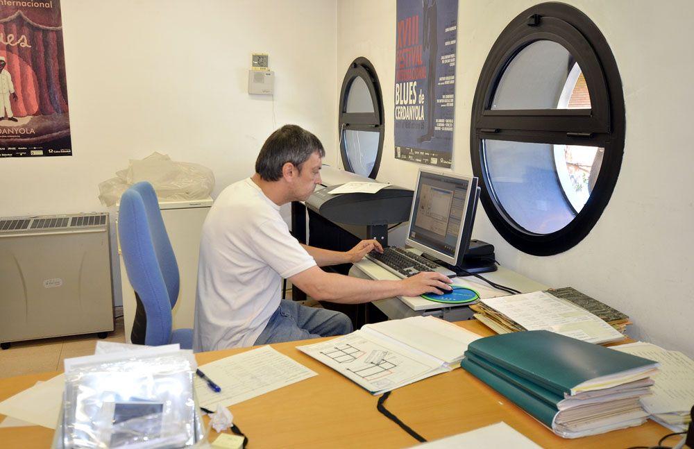 Una de les persones que està fent tasques de digitalització