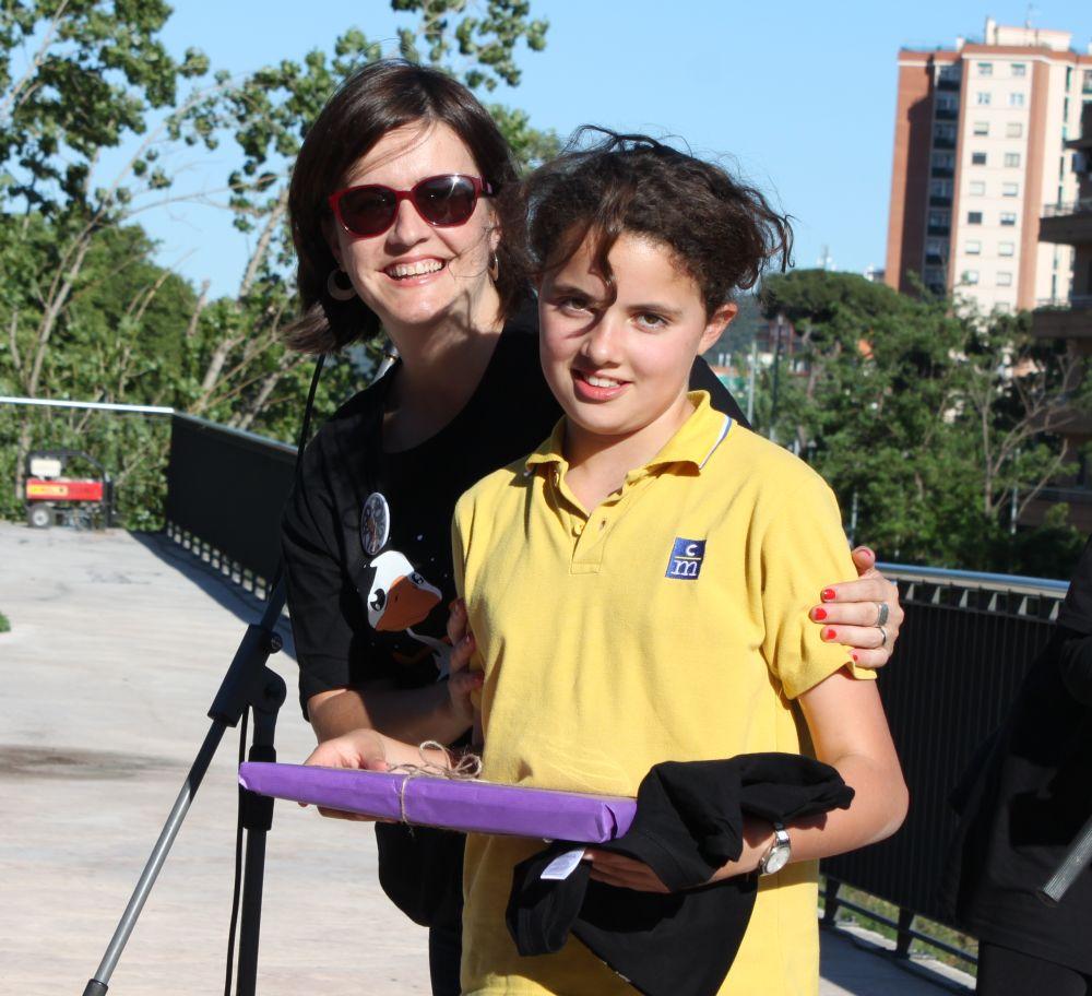 Elvi Vila lliura a Cira Martín un regal per haver estat la primera en acabar el joc