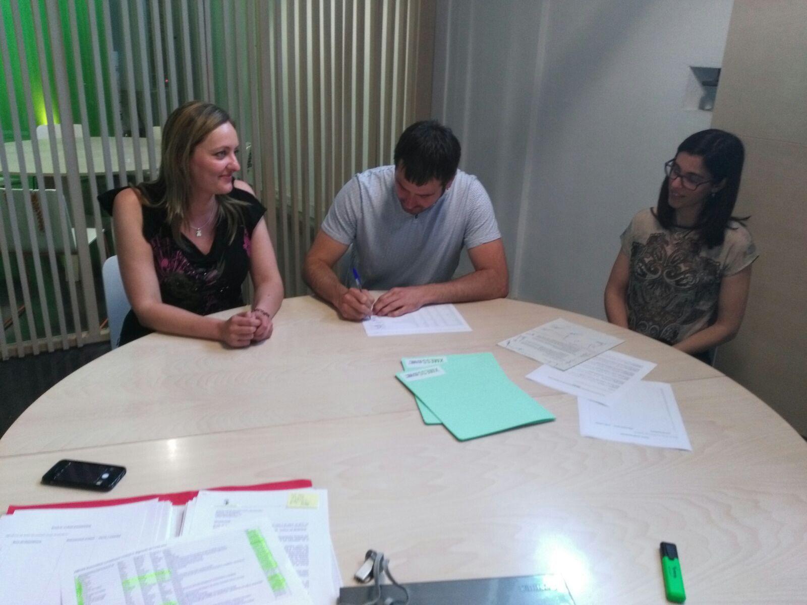 L'alcalde Carles Escolà, acompanyat de la regidora de Promoció Contxi Haro, ha signat els documents de la incorporació, signa els documents de la incorporació de la ciutat a la Xarxa