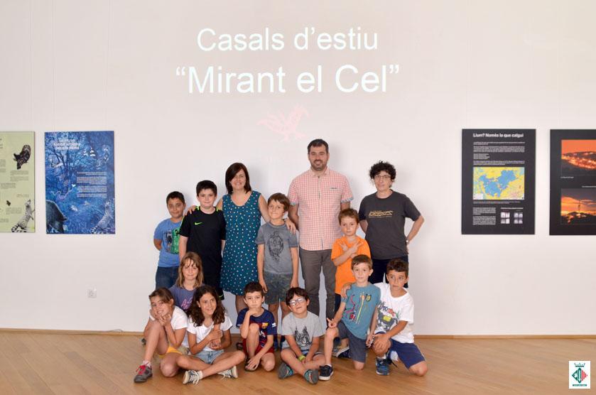 Foto de grup dels infants amb l'alcalde i la regidora de Cultura