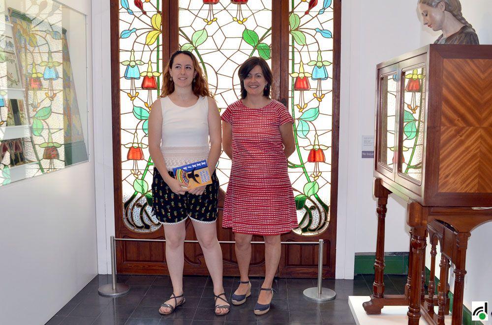 Laura Bros, de l'Esbart Sant Marçal, i la regidora de Cultura, Elvi Vila, van presentar la Mostra