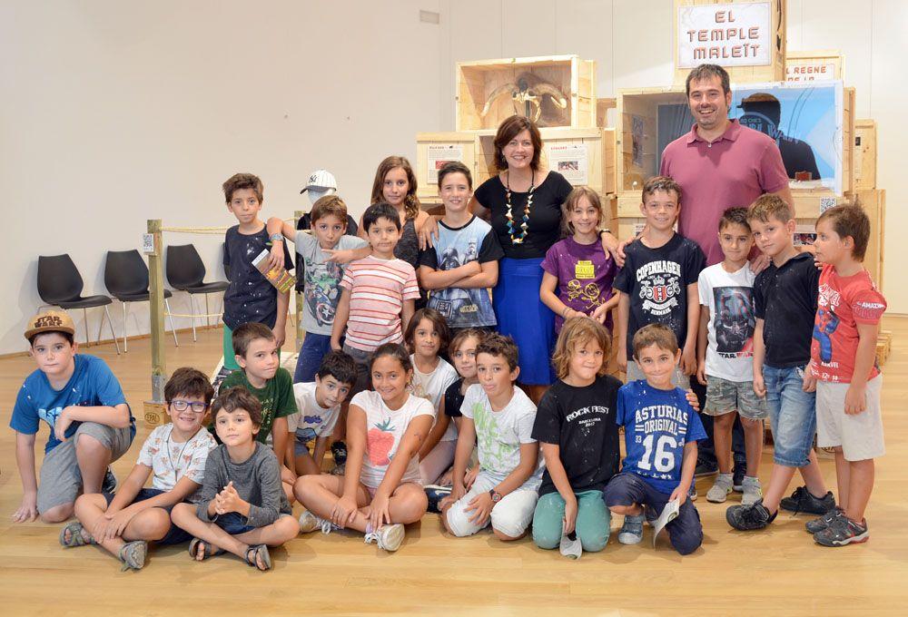 Els infants fotografiats amb l'alcalde, Carles Escolà, i la regidora de Cultura, Elvi Vila