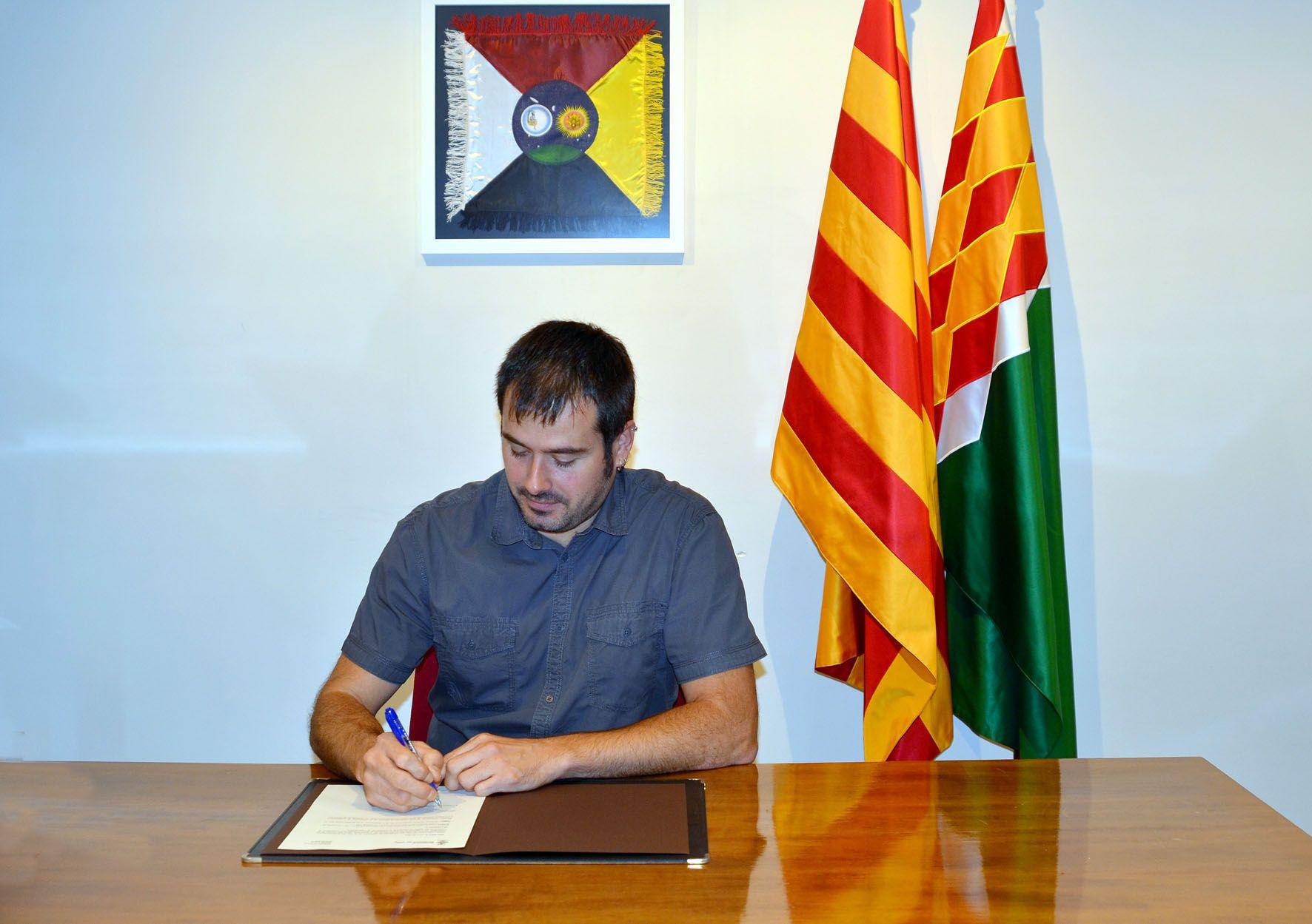 L'alcalde Carles Escolà signant el decret