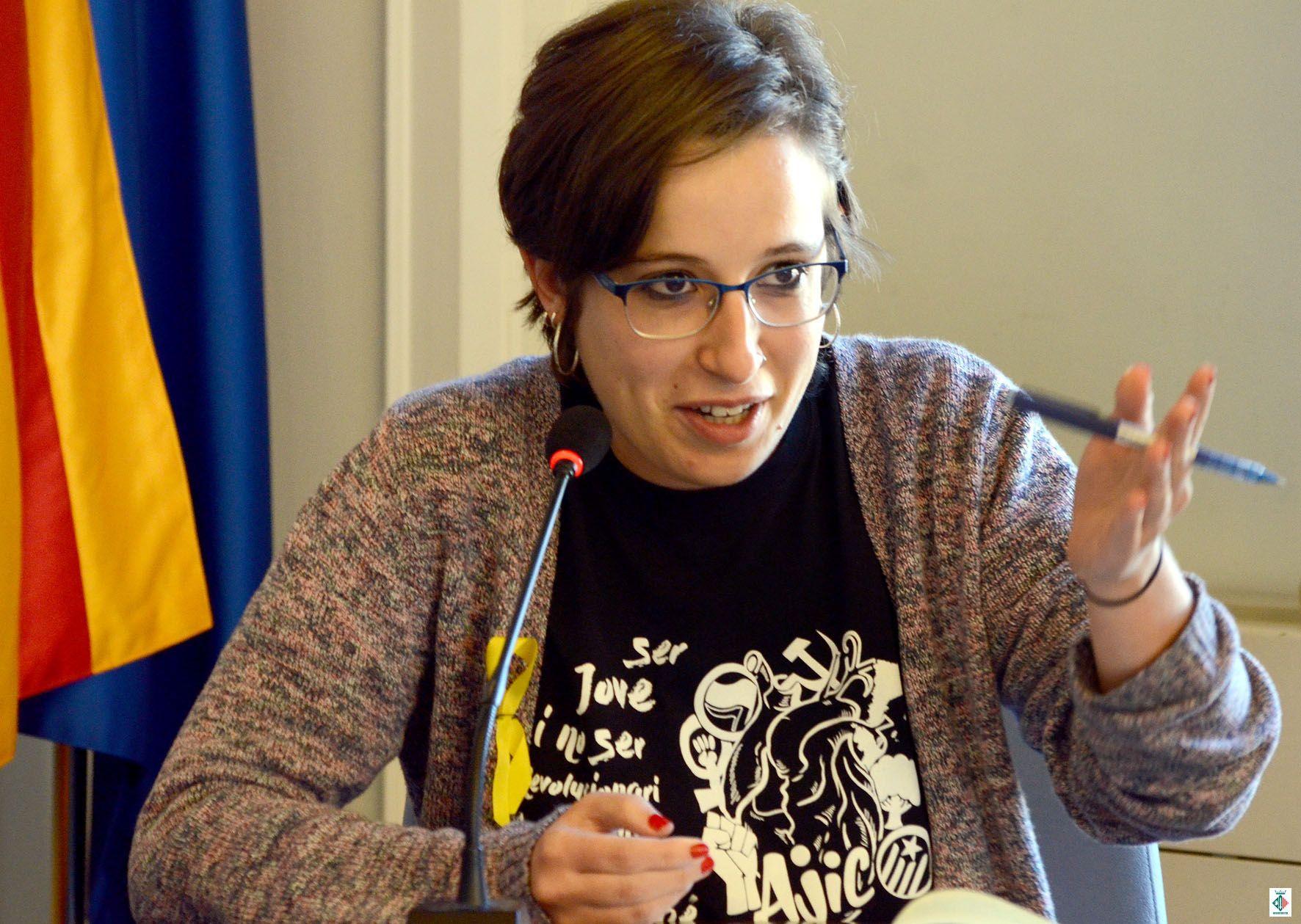 Laura Benseny durant la seva intervenció al ple extraordinari