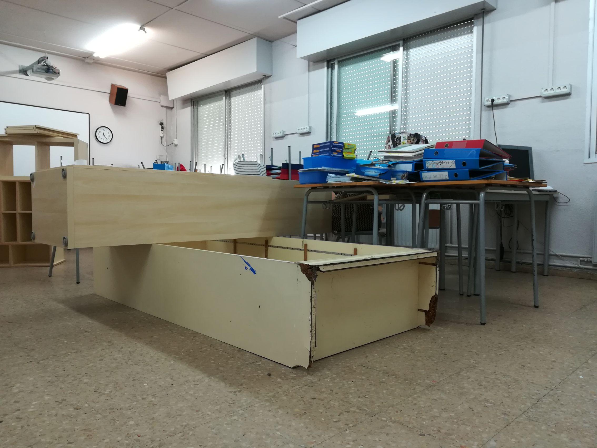 Mobles mullats en una aula que s'asseca