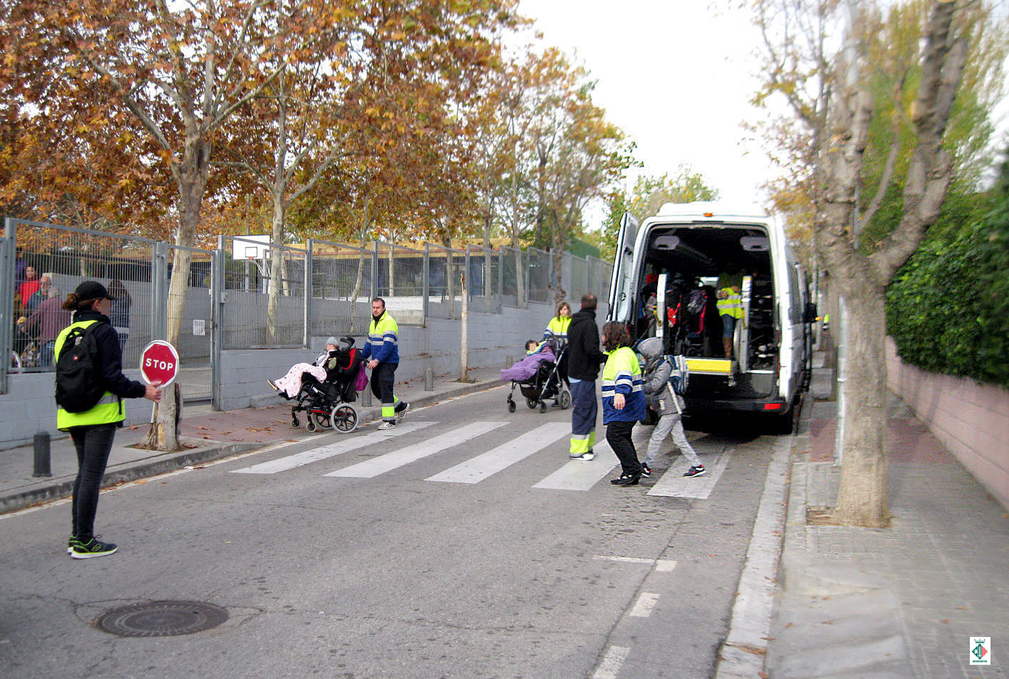 Una de les tasques dels agents cívics és l'acompanyament d'infants a les sortides de les escoles