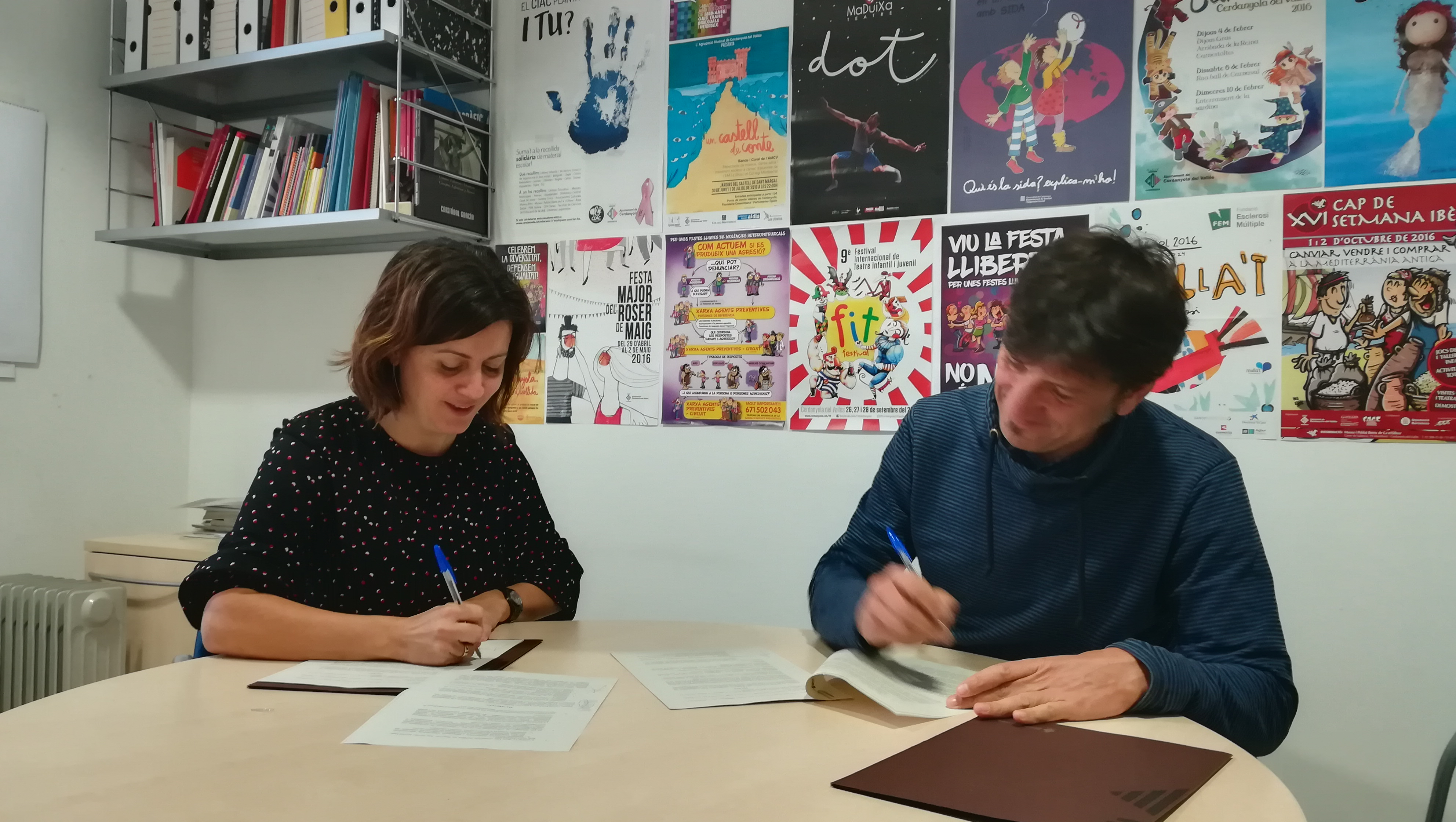 Elvi Vila i Jordi Prat en el moment de signar el conveni