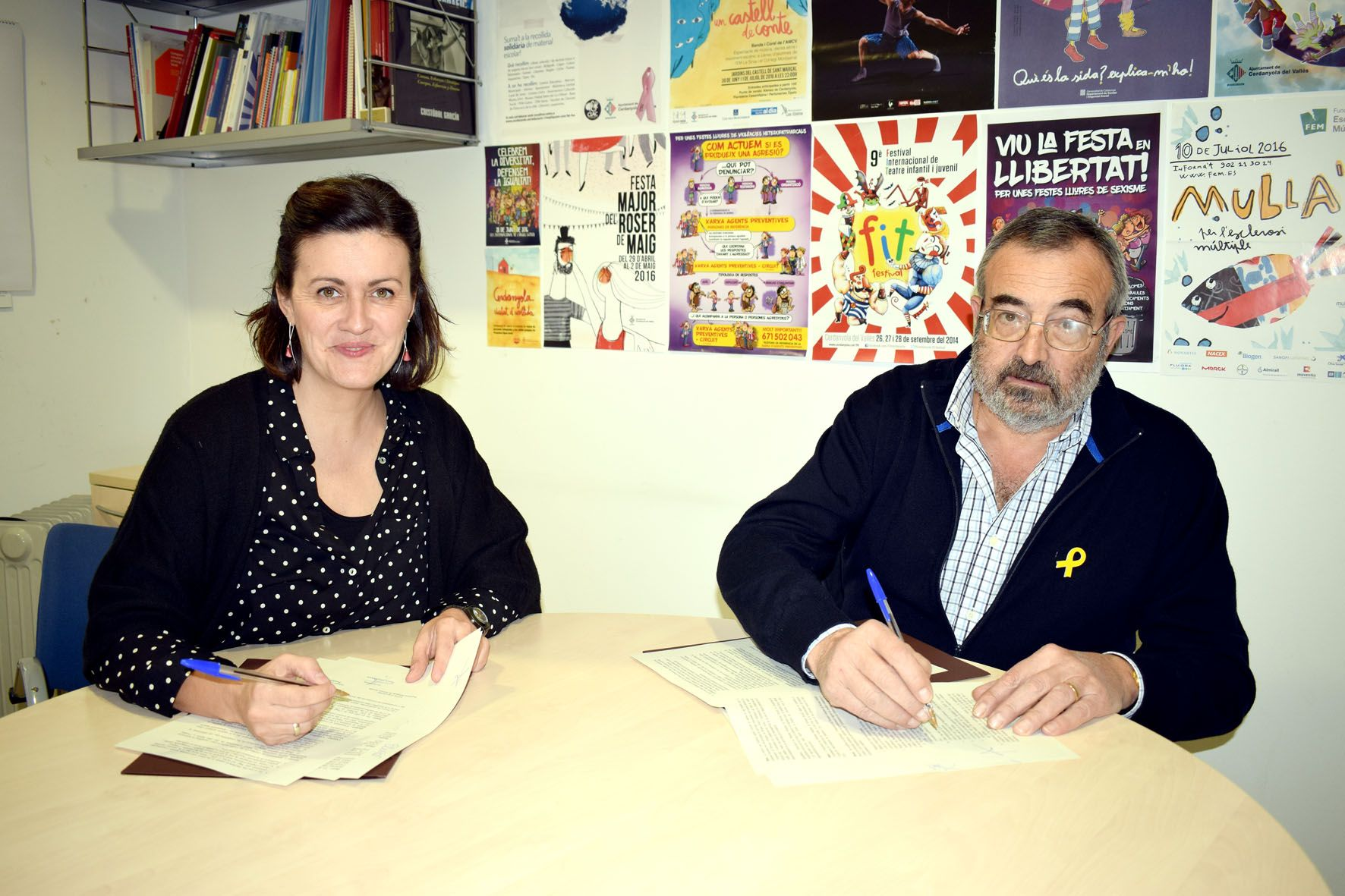 La regidora de Serveis Socials, Elvi Vila, i el president de l'Associació d'amics de Mossèn Rosell, Eduard Lluís.