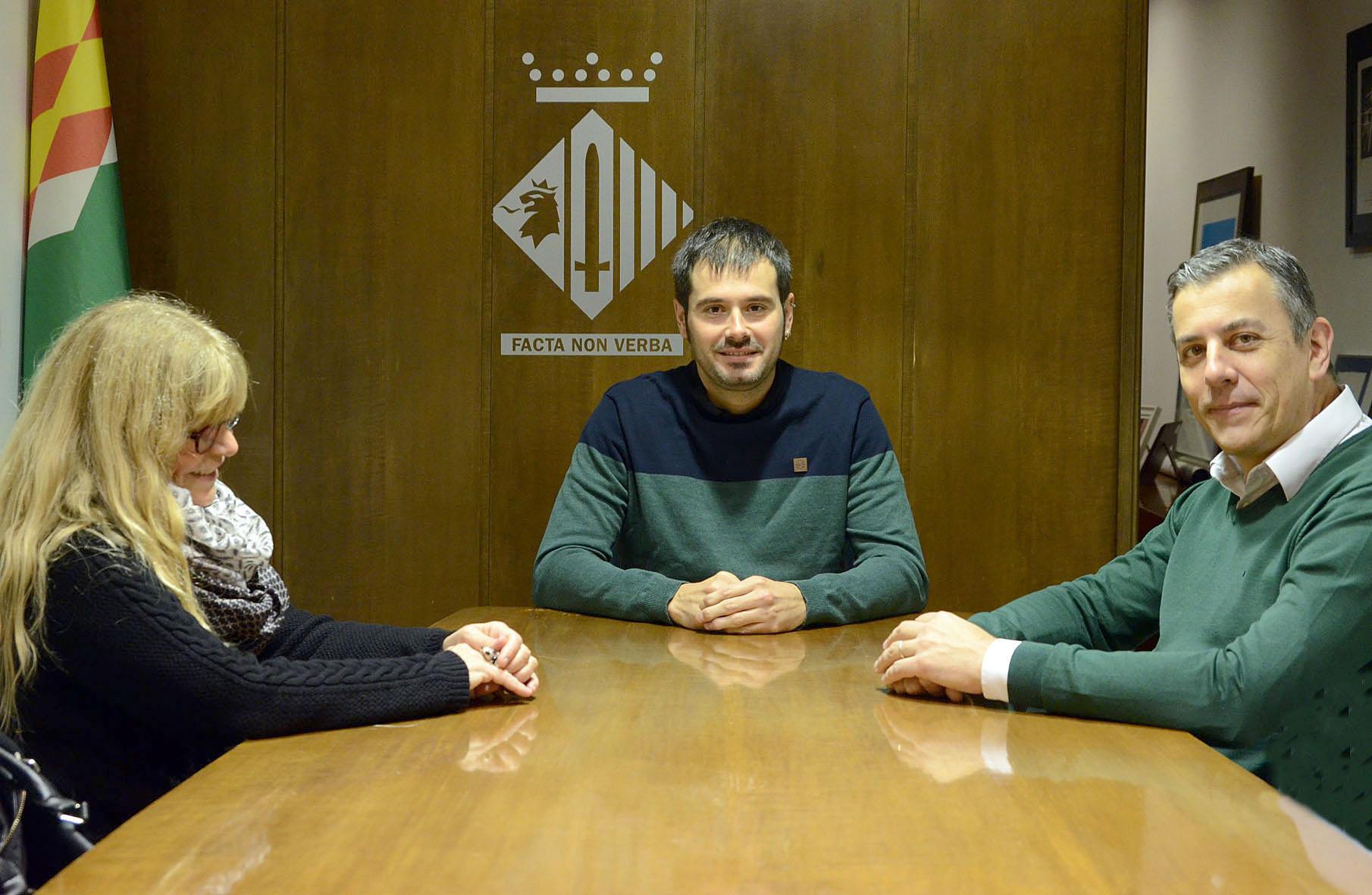 L'alcalde Carles Escolà, el director general de Kymos, Joan Puig, i la responsable tècnica de Treball i Promoció Econòmica, Salud Navarro