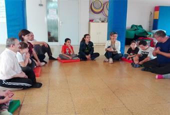 Moment d'una sessió de ioga inclusiu amb infants