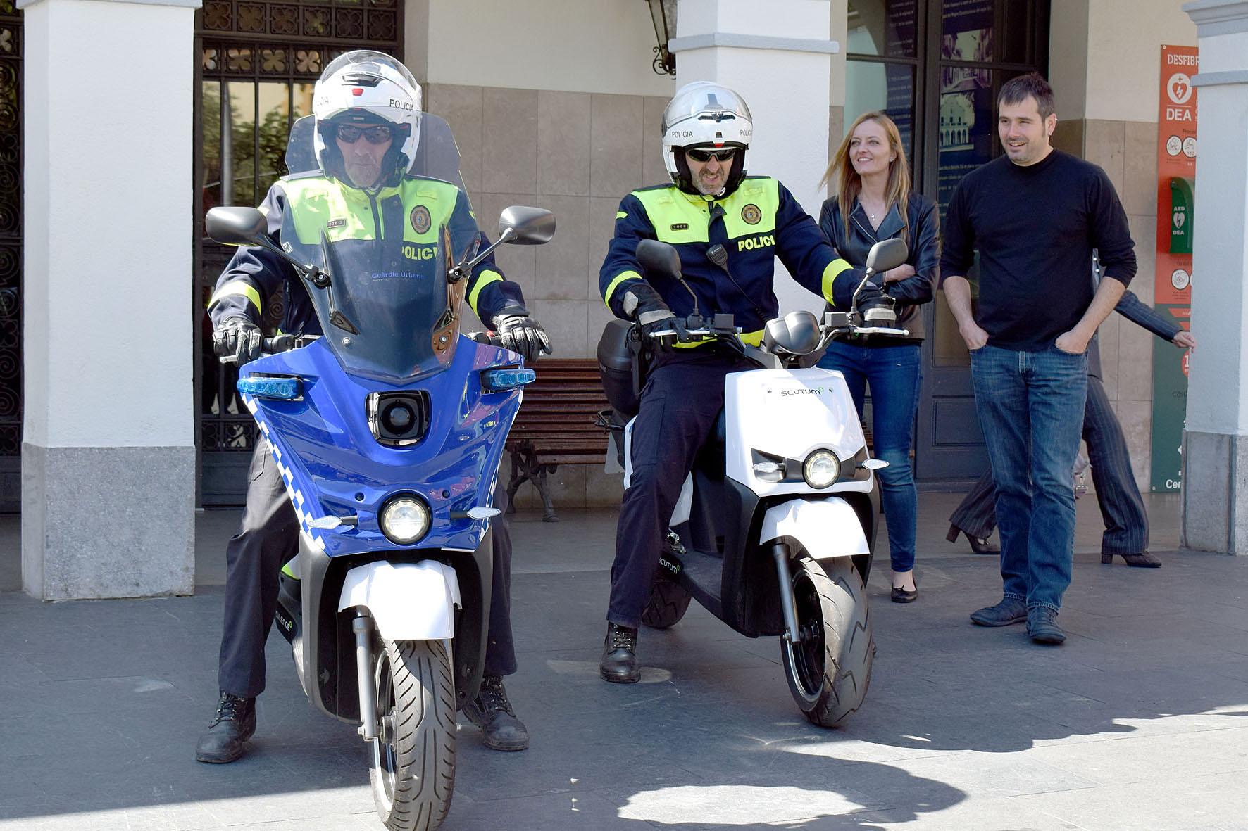 Els agents de la Policia Local damunt les motos, amb Carles Escolà i Contxi Haro
