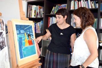 Olga Molina donant explicacions sobre la seva il·lustració a Elvi Vila