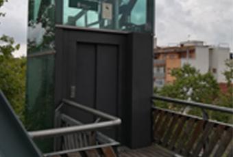Porta de l'ascensor a la part de la passarel·la