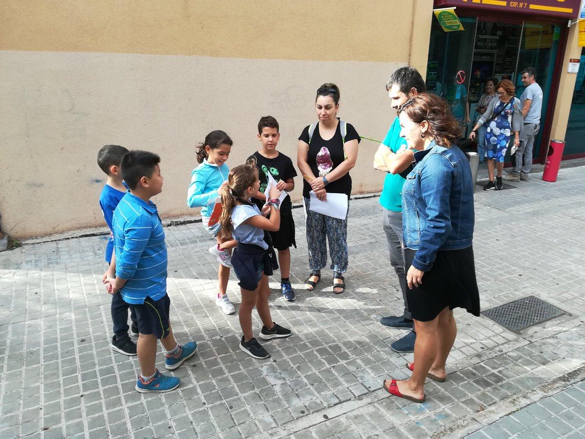 L'alcalde i la regidora d'educació parlen amb els infants que participen a la gimcana