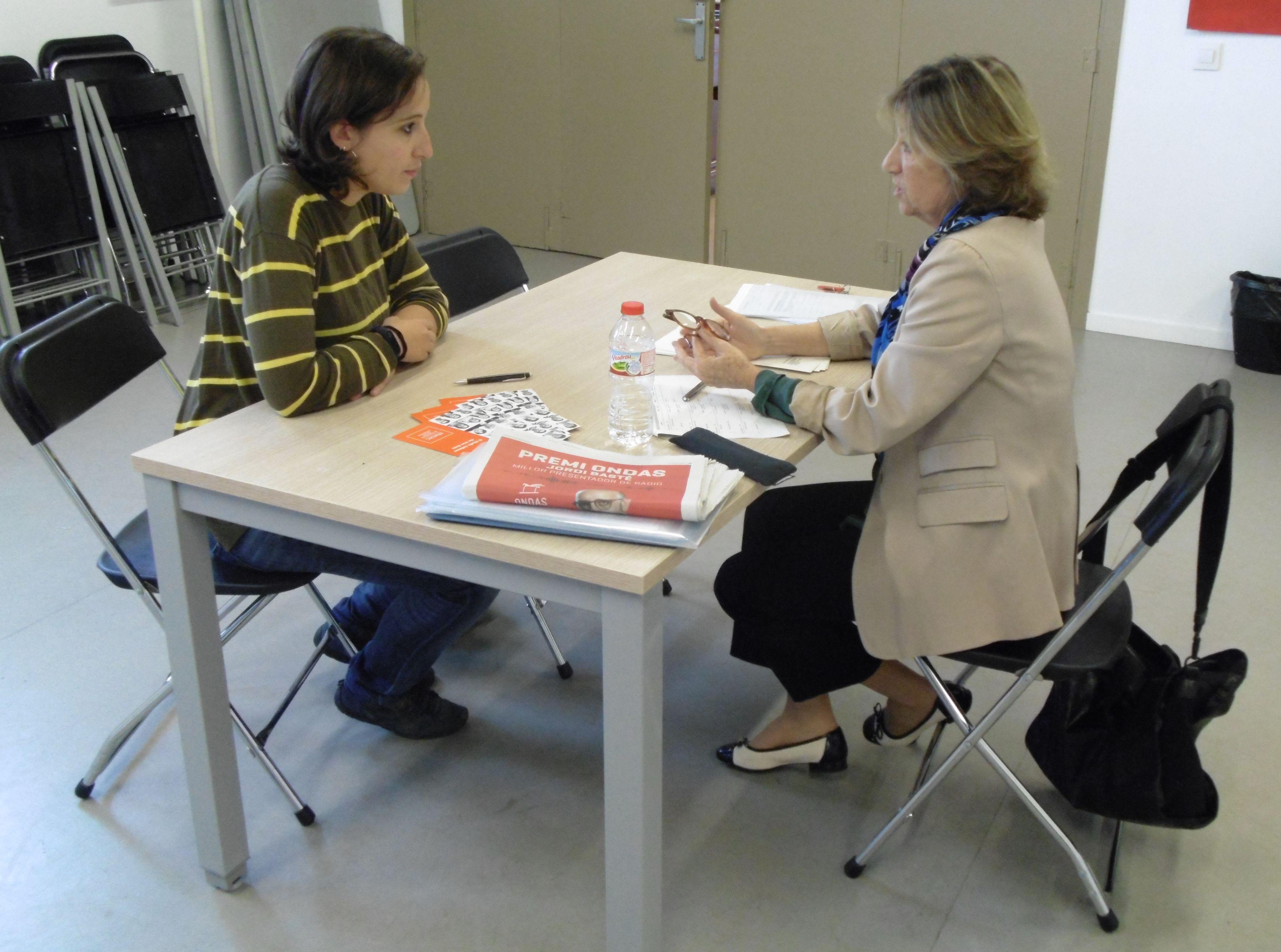 La regidora Laura Benseny conversa amb Maria José Juan-Torres, de l'oficina del Síndic