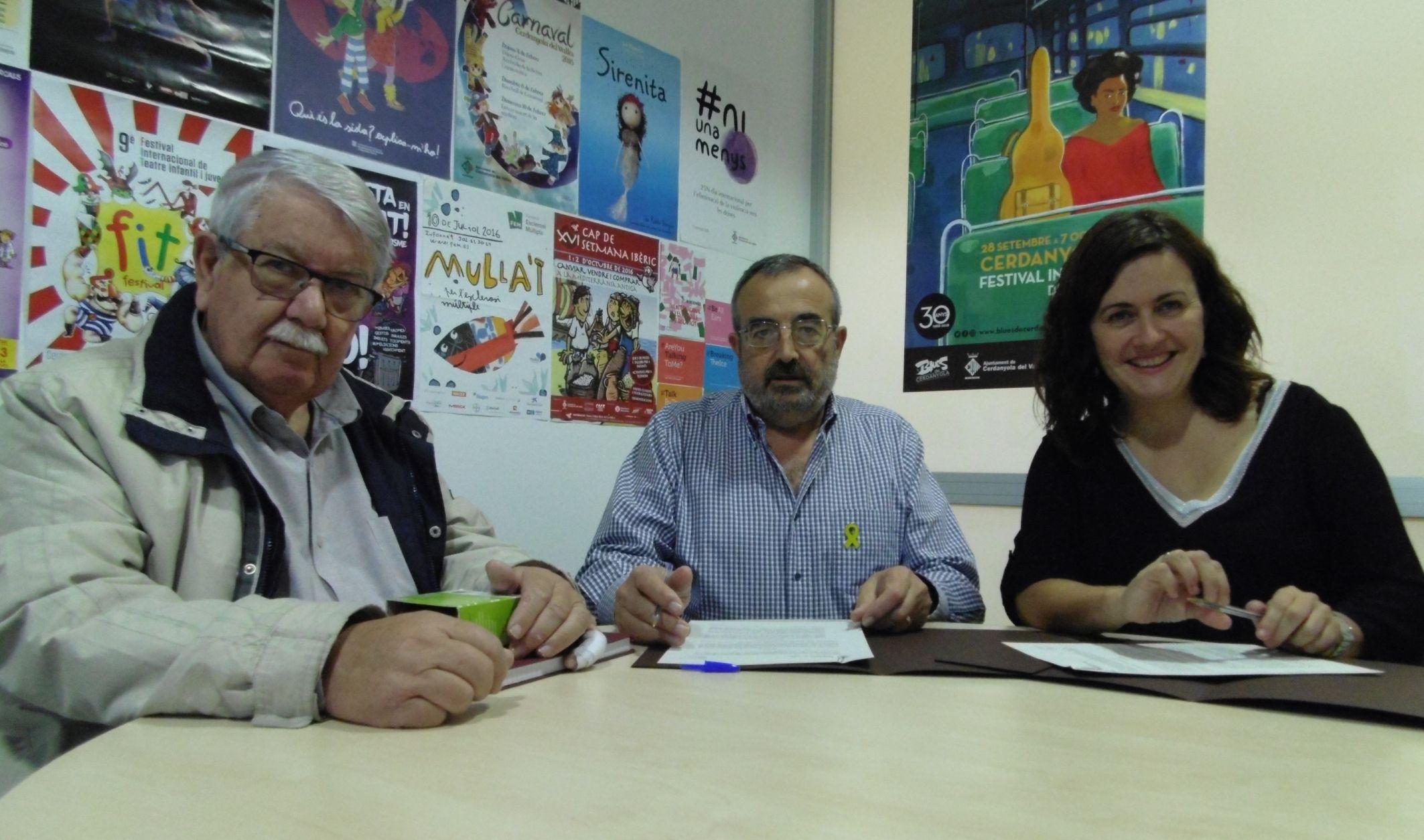 La regidora Elvi Vila, amb el president i secretari de l'AA de Mossèn Rosell, Eduard Lluís i Jaume Guinot