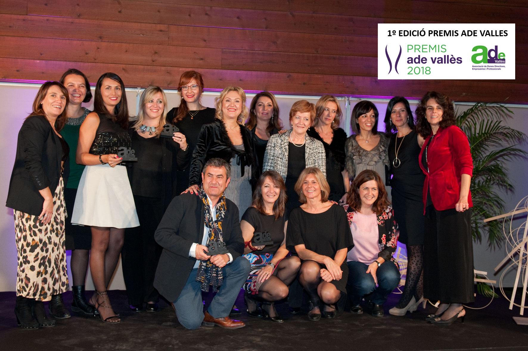 Foto de família amb les premiades i autoritats