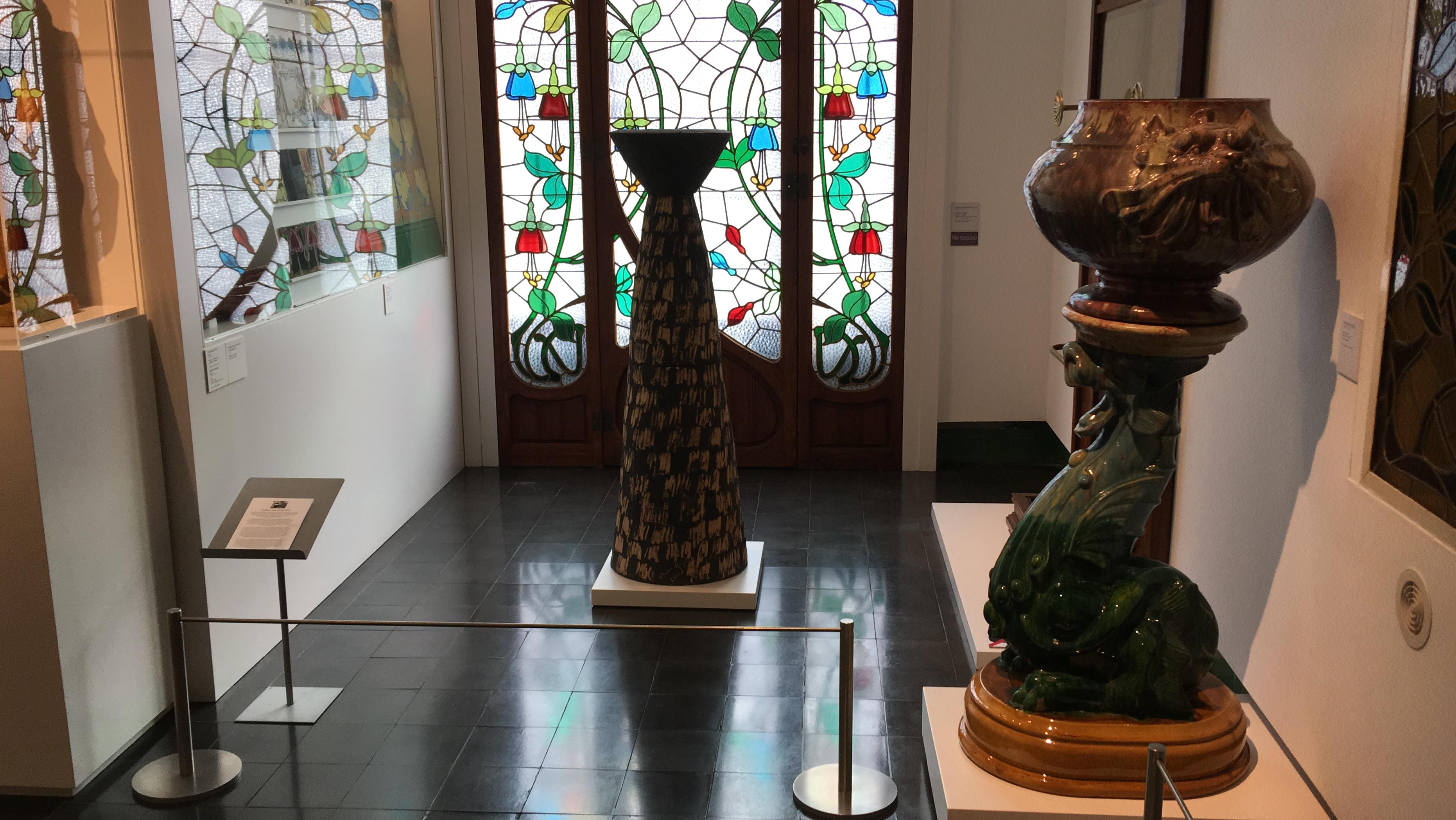La columna totèmica al costat de les ceràmiques d'en Marian Burgés