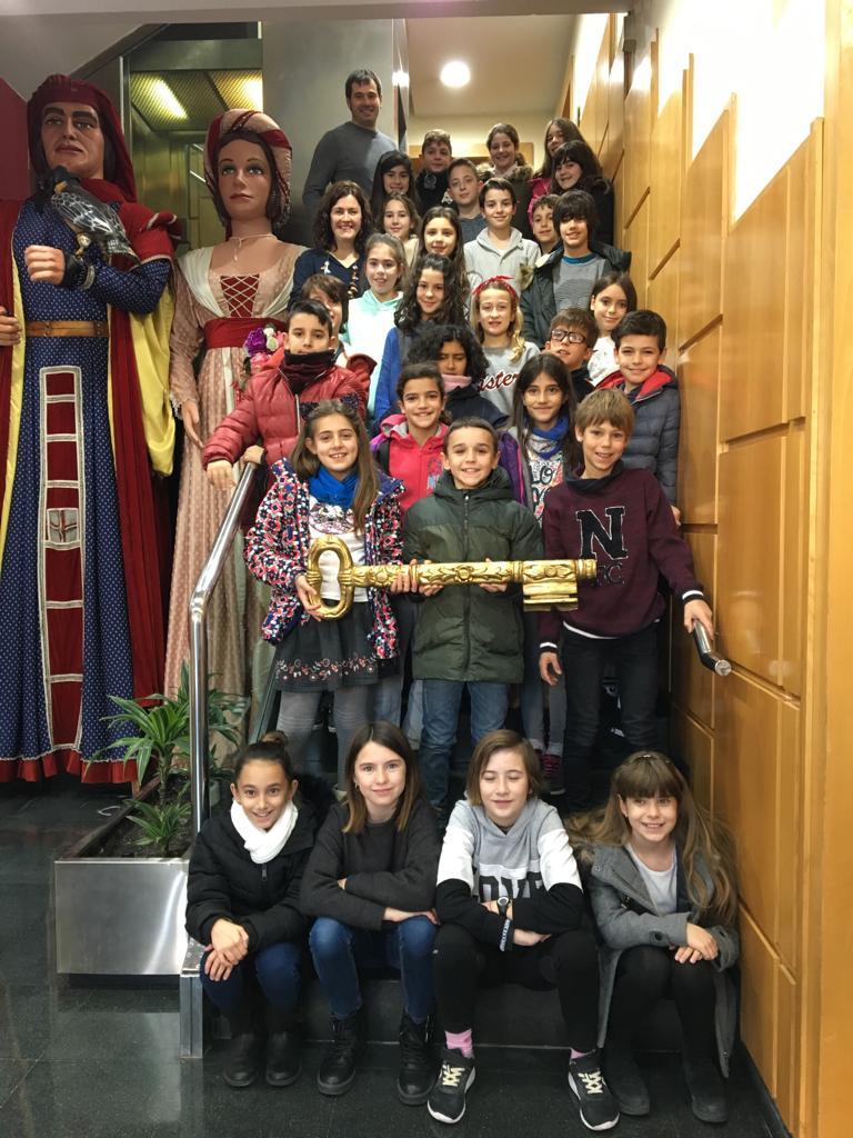 Els infants del CIAC amb l'alcalde, la regidora d'educació i la clau.