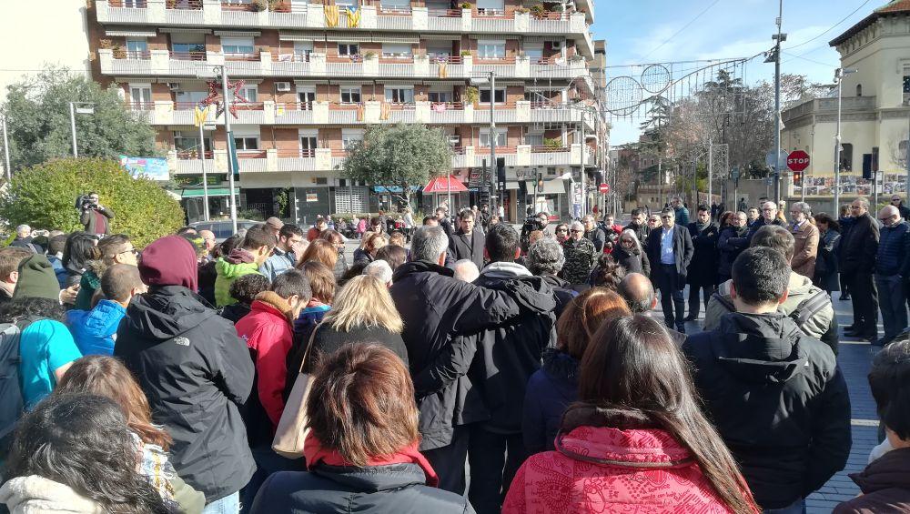 La concentració a reunit a nombroses persones davant l'Ajuntament