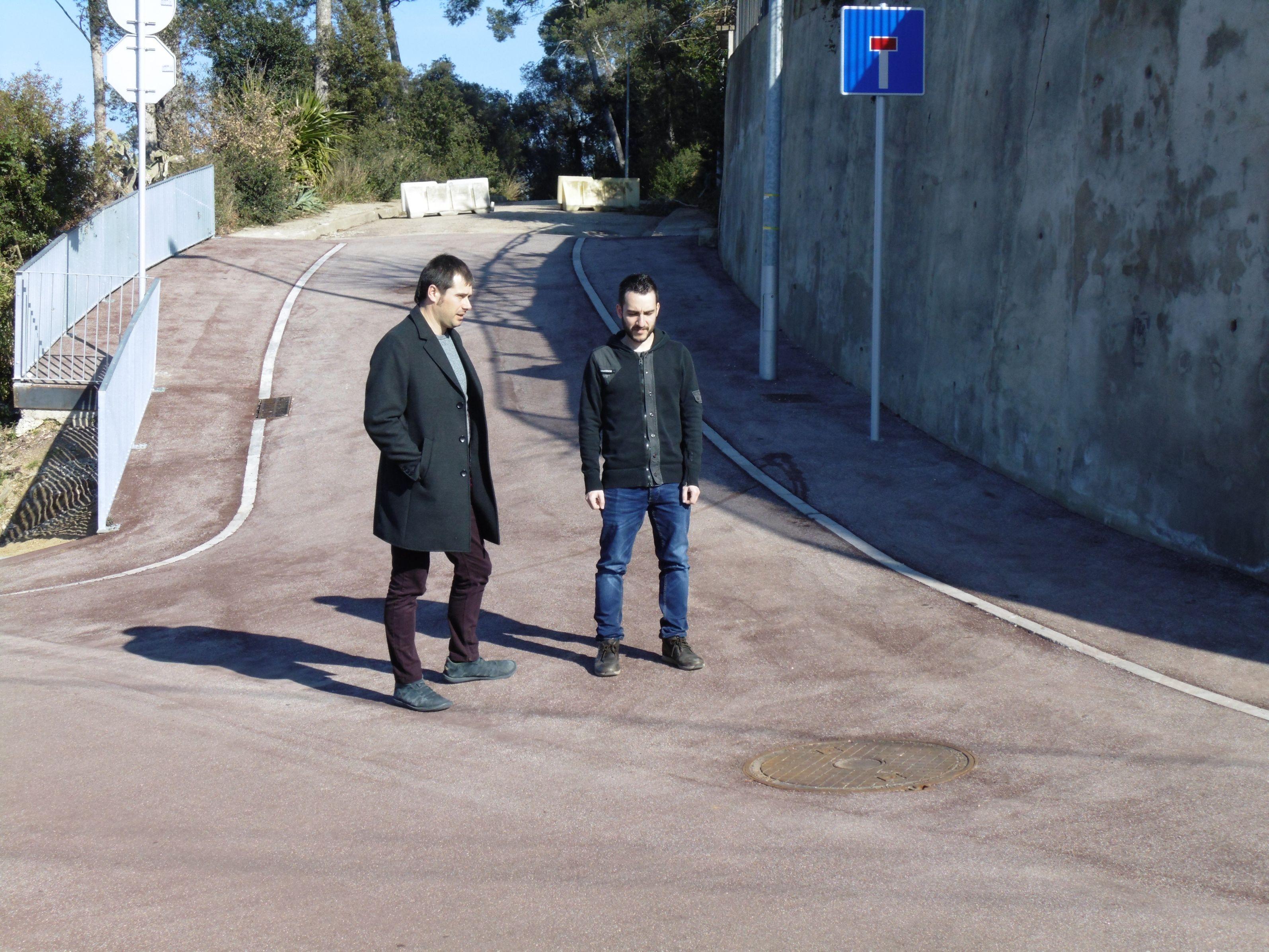 L'alcalde i el regidor d'Urbanisme, durant la visita