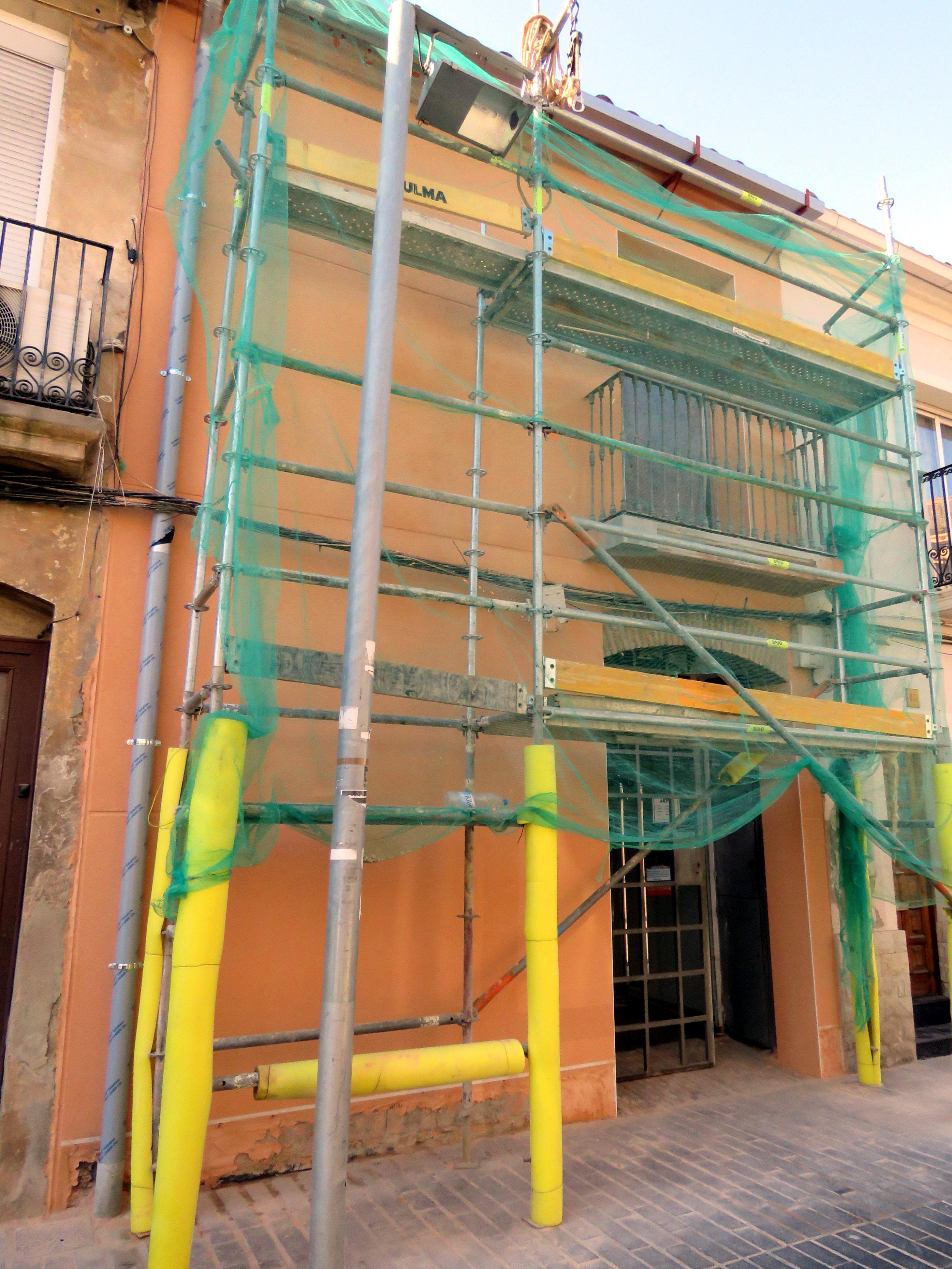 Façana en obres del Centre Cívic Sant Ramon