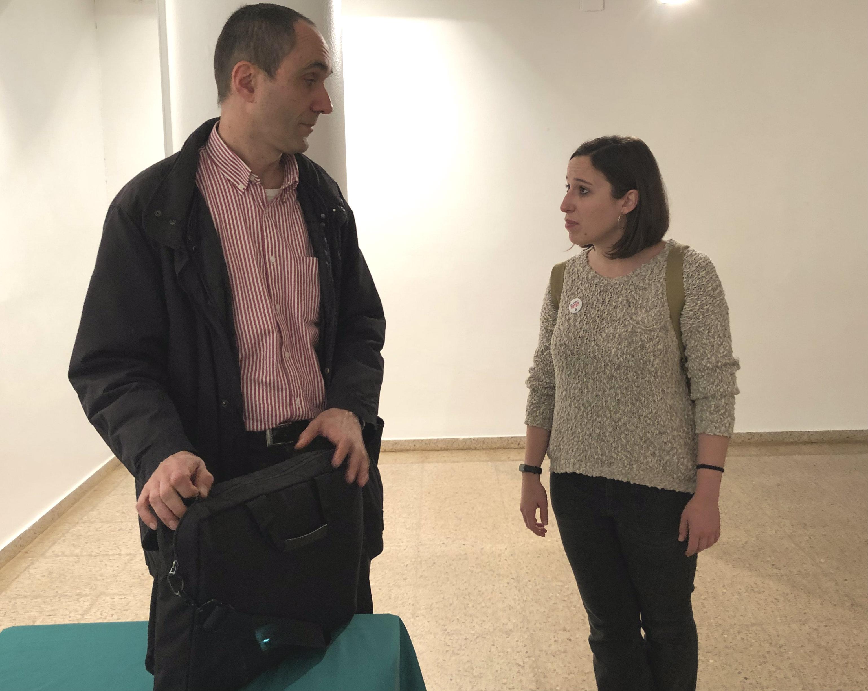 Laura Benseny conversant amb el tècnic de l'oficina del Síndic de Greuges