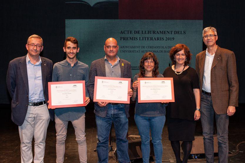 Elenc guanyador dels premis i representants de la UAB i l'Ajuntament