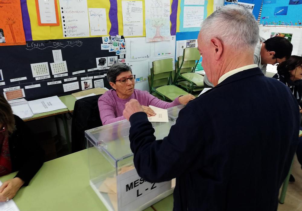 Votant a les dues urnes