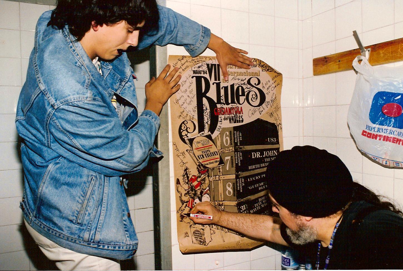Dr. John firma el cartell de la VII edició del Festival de Blues a Albert Puig. Foto www.cerdanyola.info