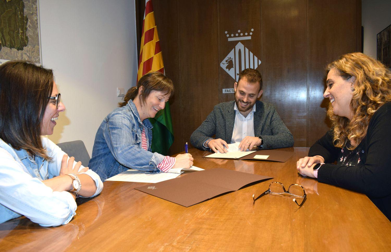 Moment de la firma del conveni entre l'Ajuntament i la Gresca