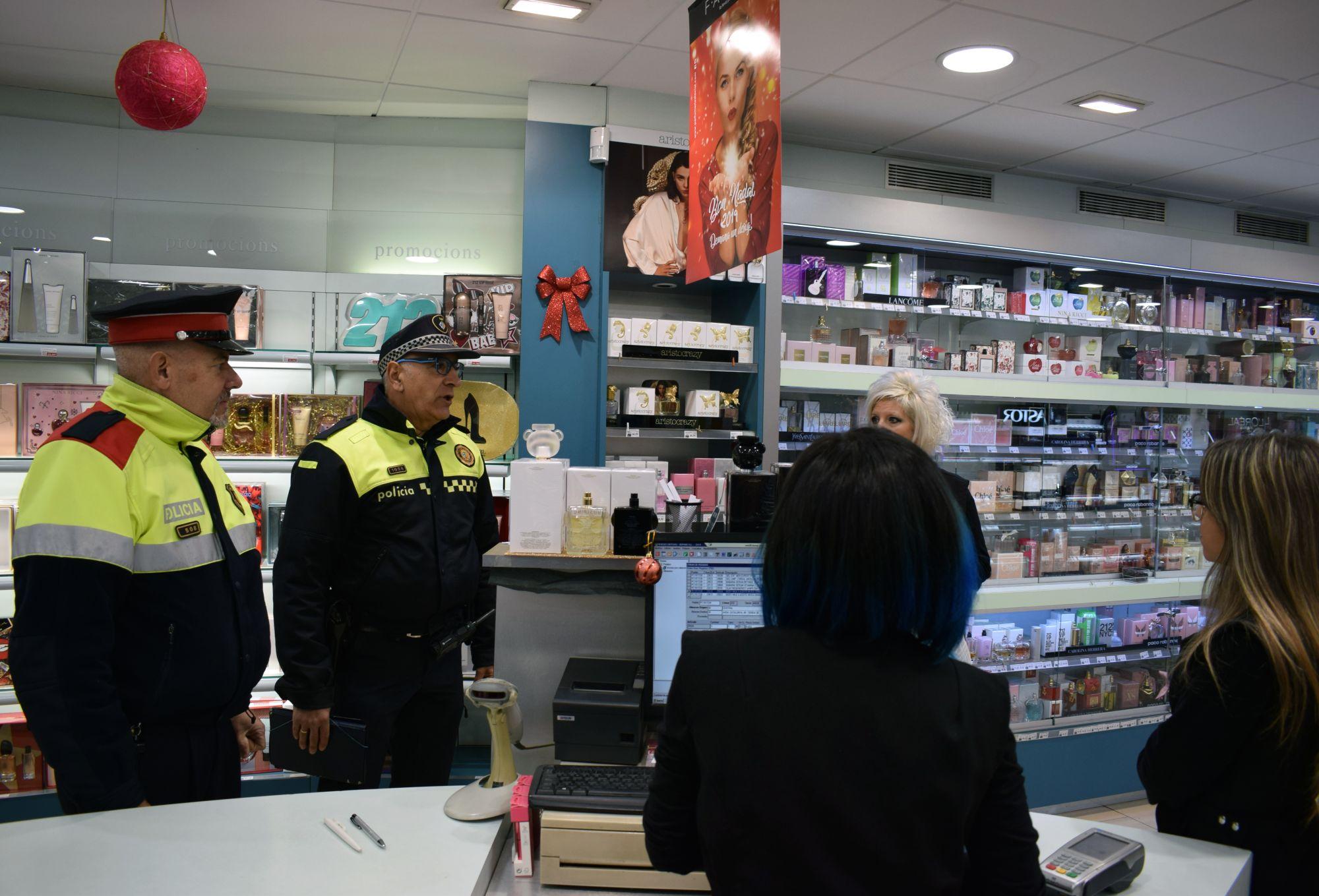 Parella de mossos i policia local fent el servei de Boix-Grévol a un comerç local