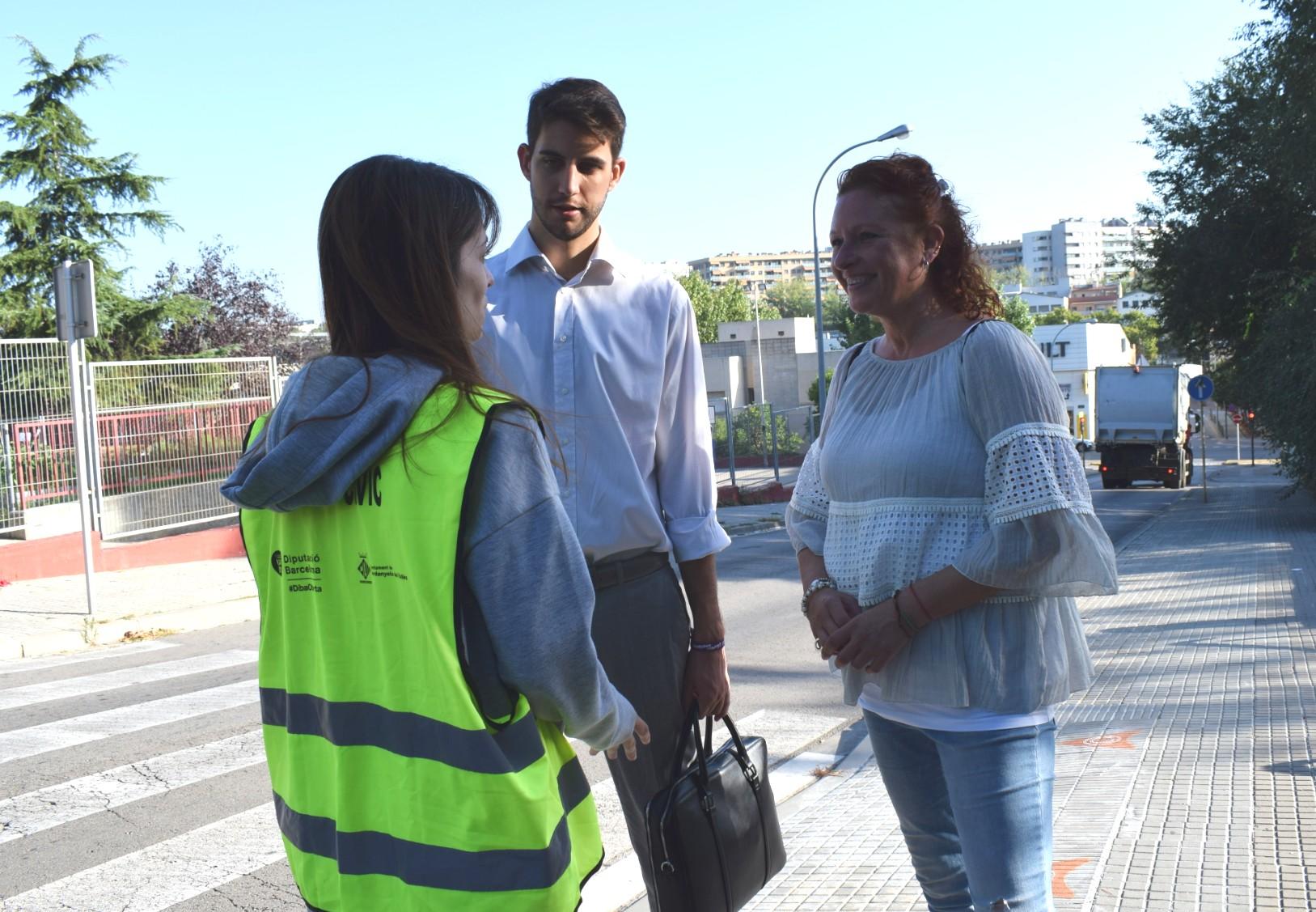 Agent cívica conversant amb els regidors David González i Carme Arché