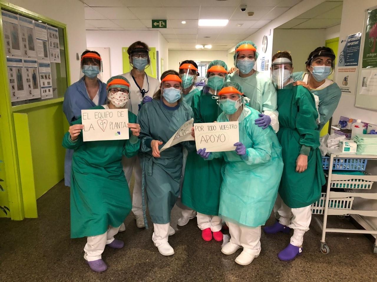 Personal sanitari del Parc Taulí amb les mascaretes fetes a Cerdanyola del Vallès
