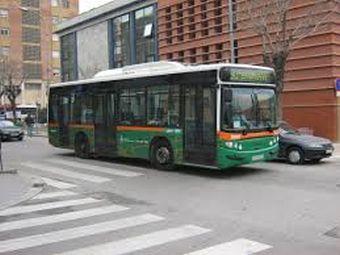 Un bus urbà circulant per Cerdanyola en una fotografia d'arxiu