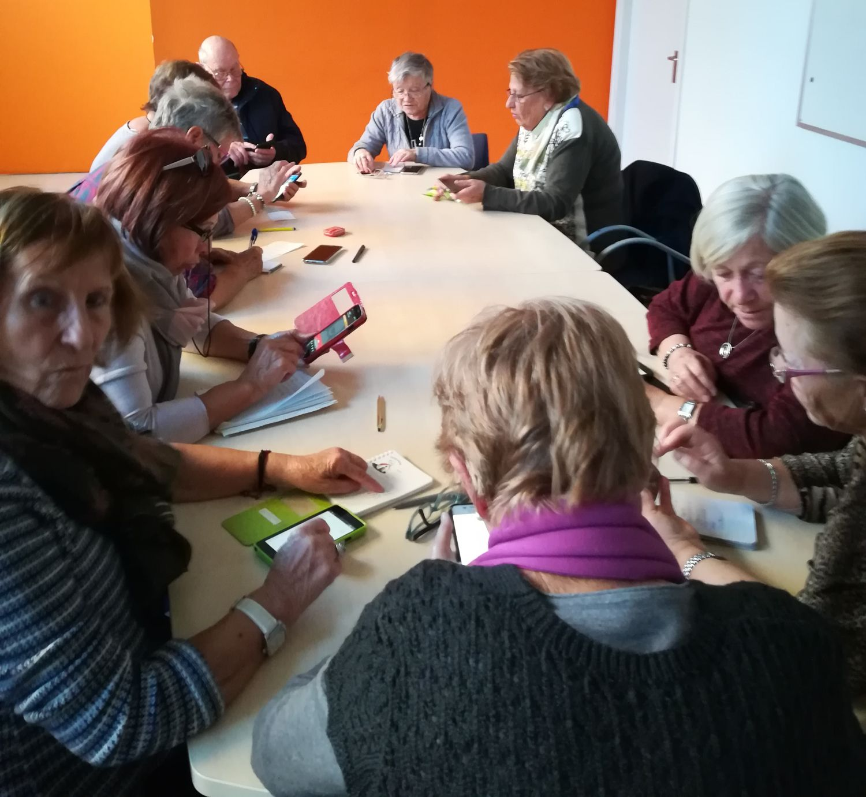 Fotografia d'un taller d'smartphone per a gent gran