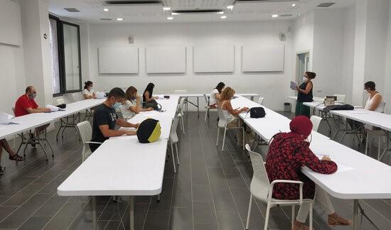 Fotografia d'una classe seguint les mesures COVID-19