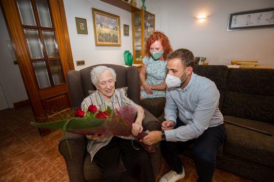 Foto centenària María Martínez con alcalde i regidora