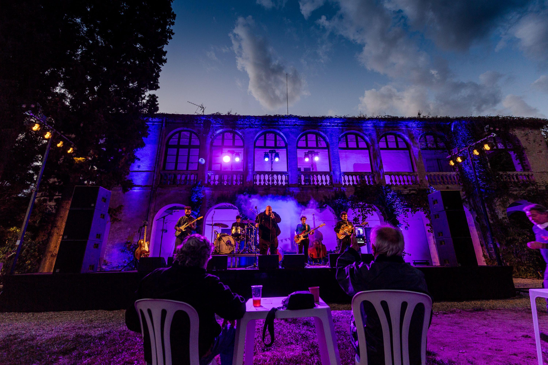 A Contra Blues actuant al jardí de la Masia Cordelles, un dels ecenaris descoberts aquest festival