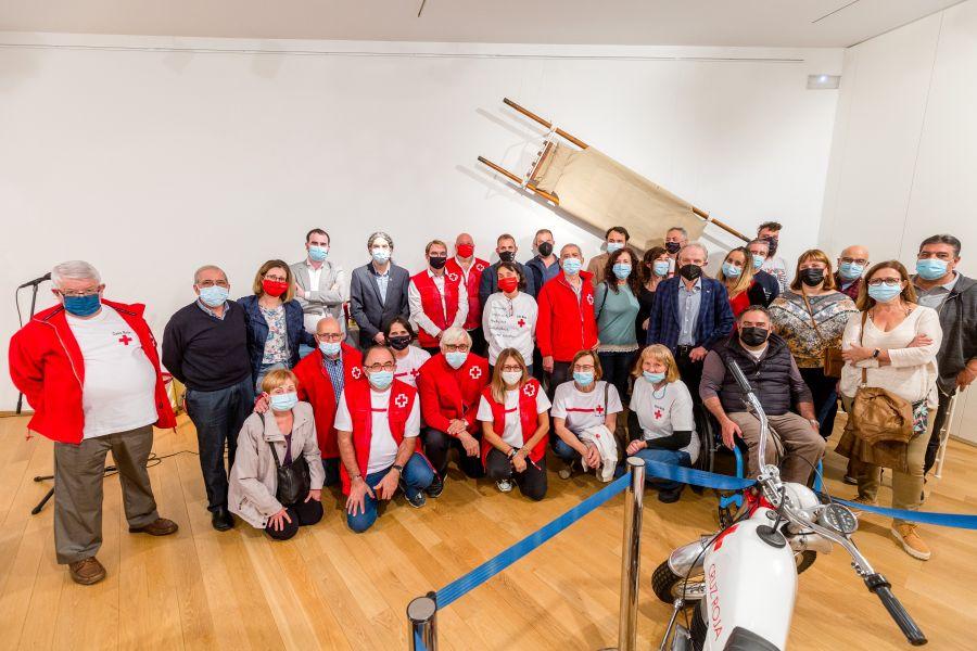 foto de grup inauguració expo Creu Roja